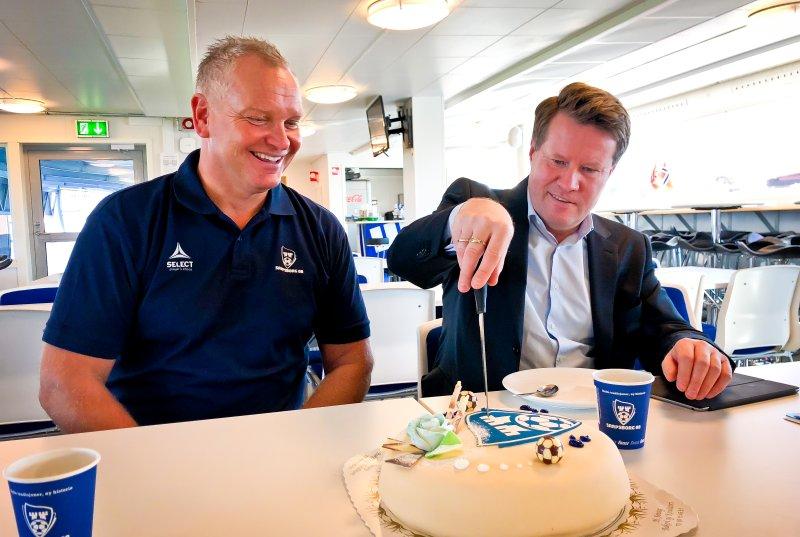 KAKEFEIRING: Thomas Andersen og Morten Christoffersen feiret avtalen med kake. (Foto: Alexander Klaussen)