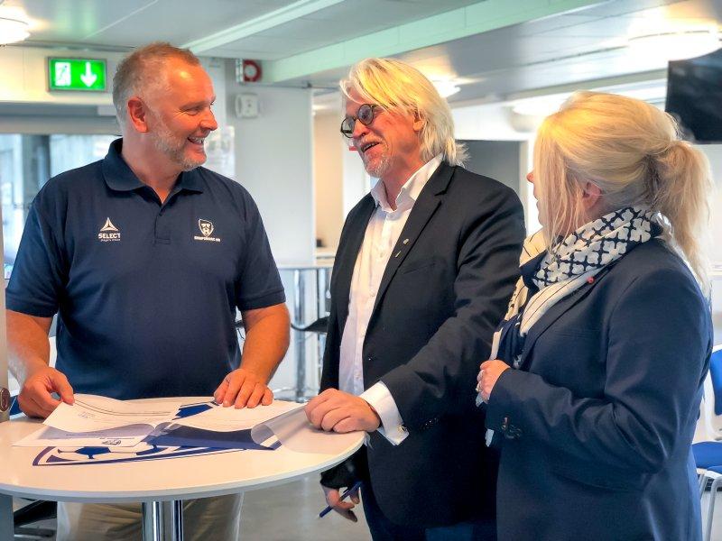 SIGNERTE: Thomas Andersen, Ketil Koppang og Janne Darbakk skrev avtalen fredag ettermiddag. (Foto: Alexander Klaussen)