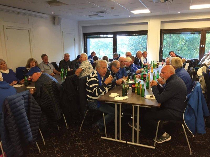 GOD STEMNING: De frivillige koste seg med god mat og drikke i Oslo. (Foto: Pål Martin K. Wernersen)