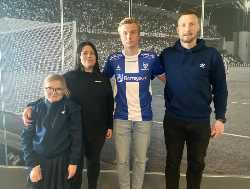 Elias Kringberg Haug med familien etter å ha signert avtalen med Sarpsborg 08.