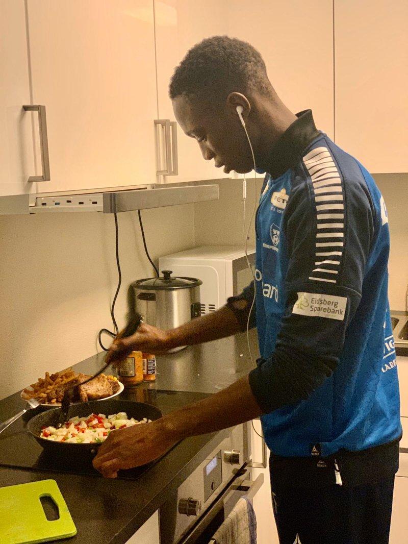 Sammen med Ibrahima Ngom lærer Laurent Jacques Mendy seg å lage mat i leiligheten sin.