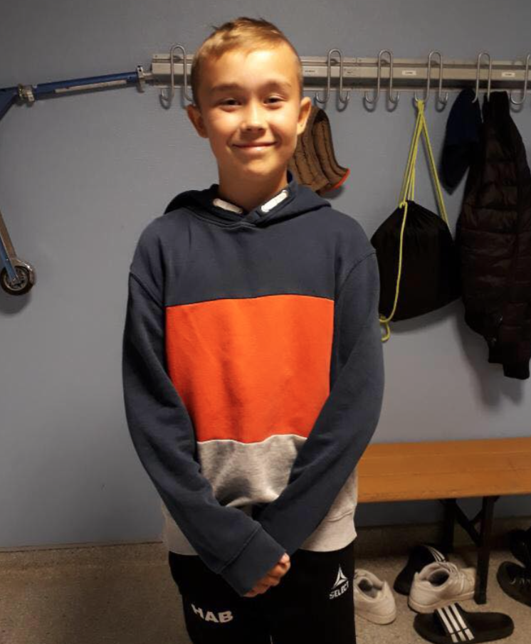 BLID SKOLEGUTT: Herman (12) smilte fra øre til øre på Os skole tirsdag morgen. (Foto: Privat)