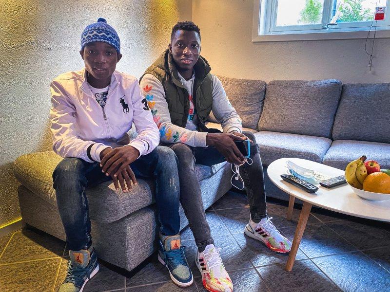 I LEILIGHETEN: Laurent Jacques Mendy (til venstre) og Ibrahima Ngom er på plass i leiligheten sin i Sarpsborg.
