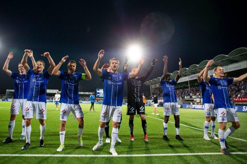 Spillerne feirer med fansen etter seieren mot St. Gallen.