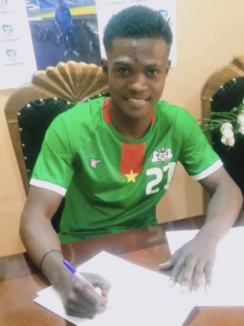 Compaoré signerer kontrakten som gjør han til Sarpsborg 08-spiller.