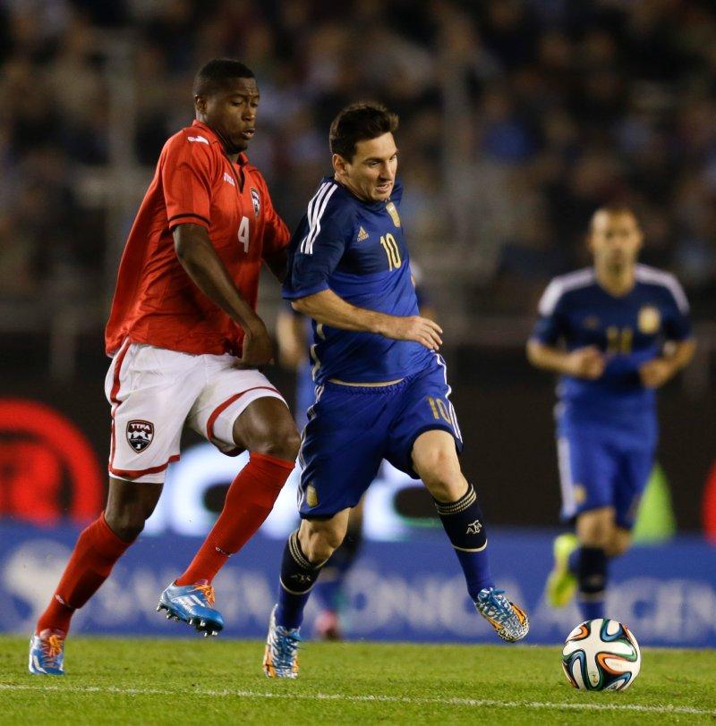 MØTTE MESSI: Sheldon Bateau i duell med Lionel Messi (Foto: Natacha Pisarenko / AP / NTB Scanpix)