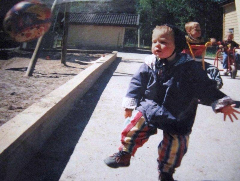 TIDLIG LEKEN: Gaute Vetti har alltid vært aktiv med fotballen. Her fra tiden i barnehagen. (Foto: Privat)